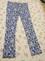 水色の花柄パンツ