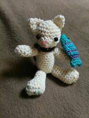 手編みのあみぐるみ、魚を持ったネコ