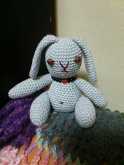 手編みのあみぐるみ、たれ耳ウサギ、水色