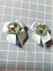 水色リボンに緑ハートストーンキラキラ可愛いクロックスジビッツ