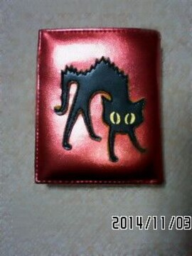 SHIN&COMPANY・黒猫キャラクター赤メタリック二つ折り財布