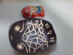 手作り陶器ハンドメイドお皿.平皿.昭和レトロなブリキ魚柄.黒
