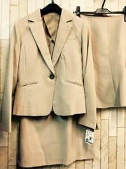 新品☆9号2種スカート付オフィススーツ洗えるベージュ☆j720