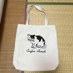 ロゴ&白黒ネコグラフィック柄トートバッグ。