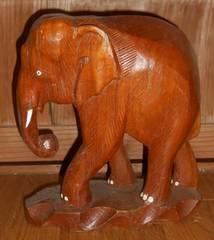 アフリカ土産、木製一刀彫象置物牙付きです。