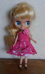 プチブライスチェリーピンクのレース編みミニドレス