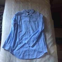 リエンダ ピンストライプシャツ ブルー 水色 パールボタン