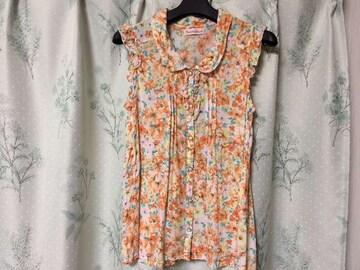 オレンジ花柄フリルノースリーブシャツ