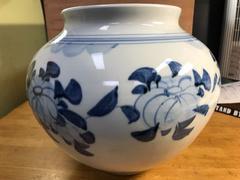 圧巻の美しさ。染付、草花紋花瓶。在銘共箱、未使用。