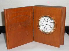 レーザークラフト製木製ブック型クオーツ時計です。