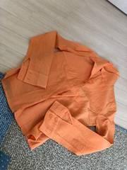 春らしいオレンジのシャツ