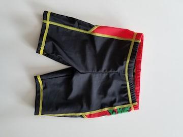 黒と赤の水泳パンツ100