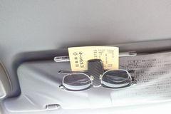 サングラス メガネホルダー カーボン調ペン&チケットホルダー付